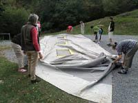 Pliage de la grande tente à Bayen